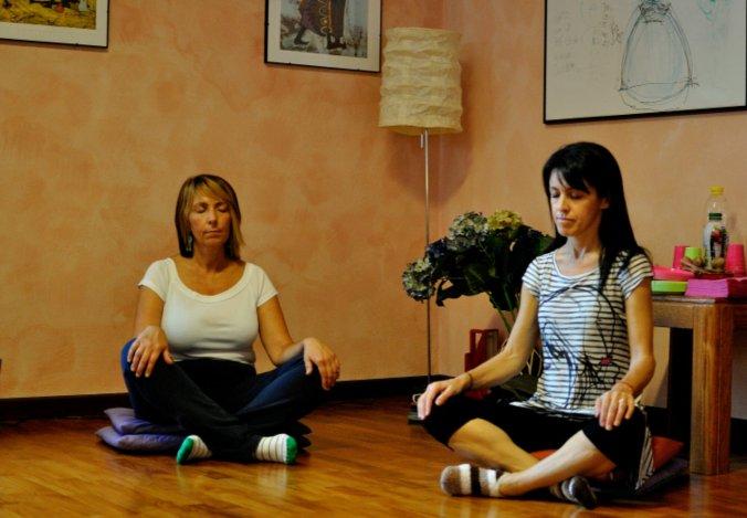 Lorella e Miriam durante la prova del corso di meditazione